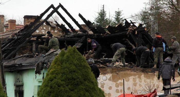 разбор пострадавшей от пожара кровли дома