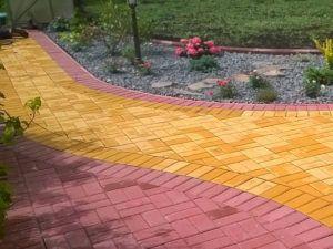 Мощение дорожек тротуарной плиткой двумя цветами