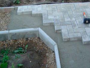 Укладка плитки на бетонное основание с бордюром