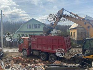 Процесс сноса дома , погрузка мусора экскаватором
