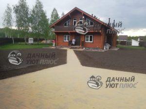 Благоустроенный участок : газон, площадка, дорожки