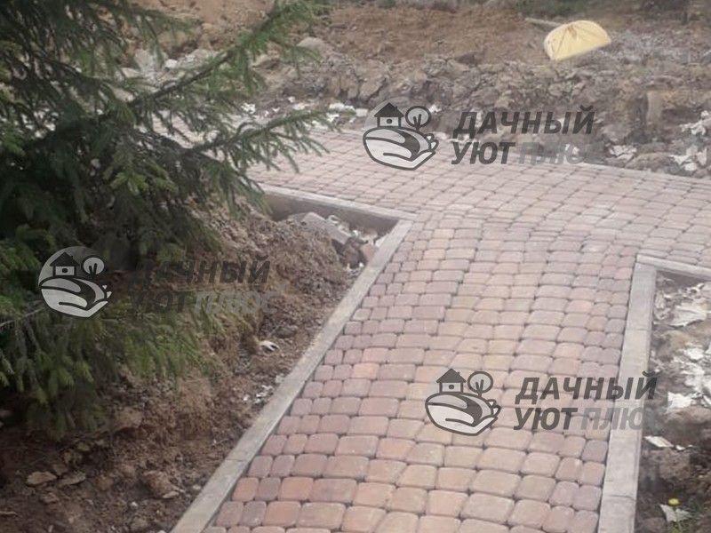 Мощение дорожки на участке тротуарной брусчаткой