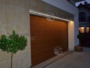 Светодиодная LED лента над входом в гараж загородного дома хорошо подходит с точки зрения полезности и декора.