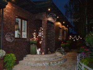 Праздничное освещение дома гирляндами различного размера