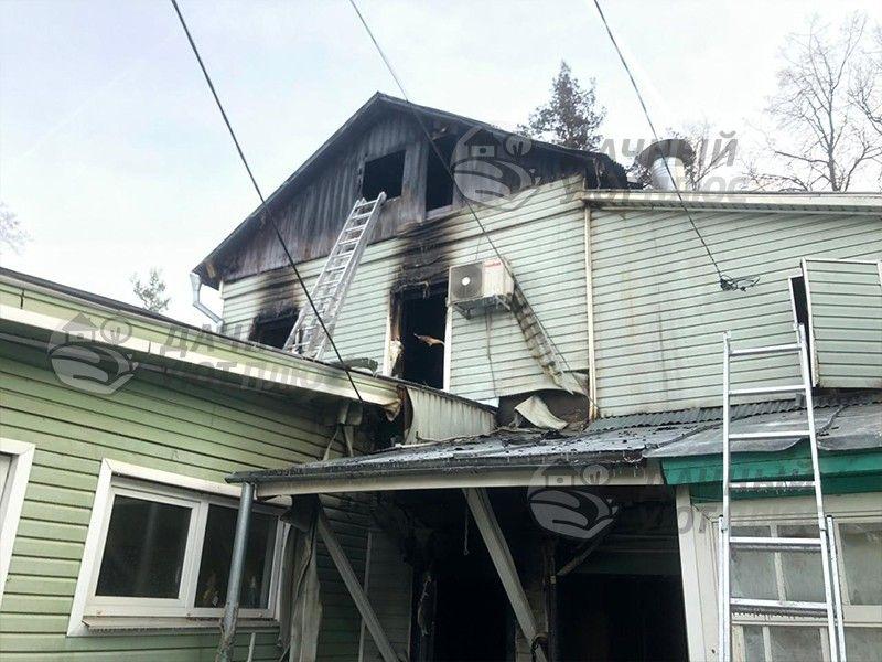 Вид старого сгоревшего дома после пожара