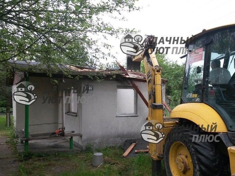 Начало сноса дачного дома на участке погрузчиком