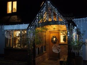 Новогодная подсветка фасада дома гирляндами