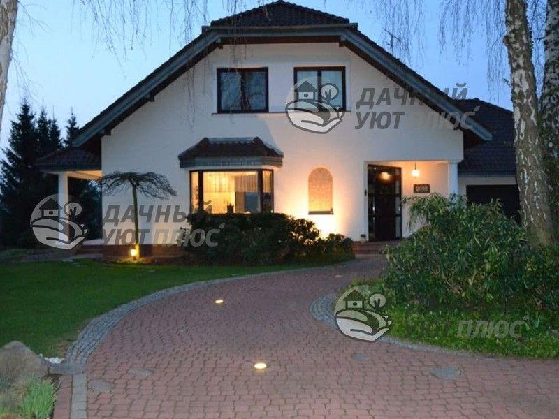 Подсветка фасада дома мягким светом, светильники в дороже к дому