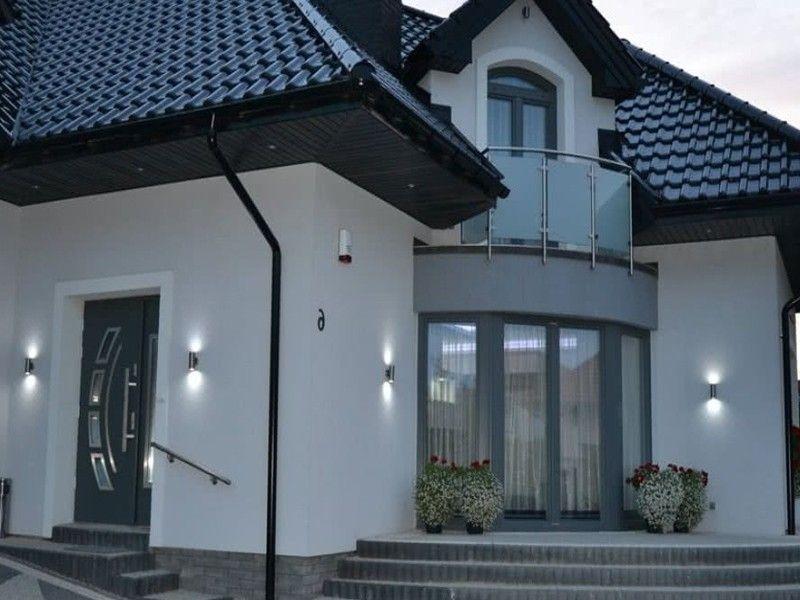 Освещение на фасаде дома настенными светильниками