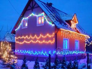 Новогодние гирлянды на фасаде дома