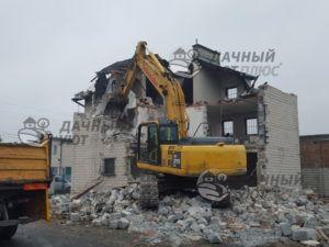 Демонтаж кирпичного дома экскаватором