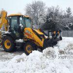 Уборка снега экскаватором погрузчиком JCB