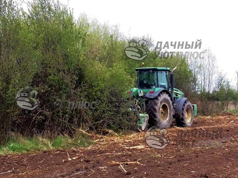 Процесс расчистки участка трактором