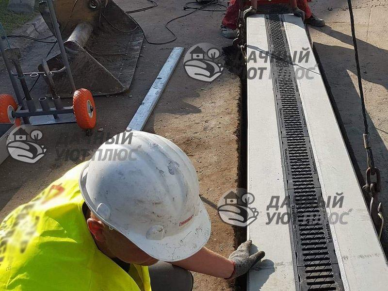 Установка ливневой канализации с помощью подъемника