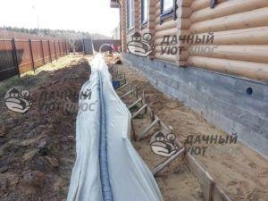 Процесс прокладки труб дренажной канализации