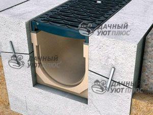 На фото :отвод воды с участка ливневой водоотвод - отвод воды с участка – монтаж желобов в бетоне
