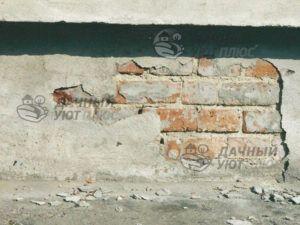 Фото 4 Даже кажущаяся плотной бетонная отделка не защитила стены этого дома от влаги и разрушения облицовки цоколя