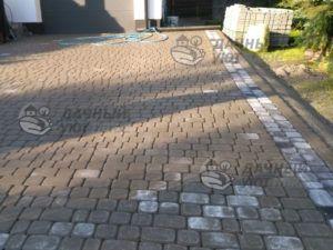 Парковка перед домом мощеная брусчаткой